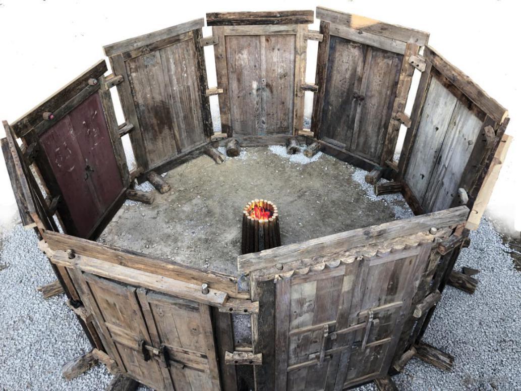 李向明 《抱团取暖》装置,木、火盆550×255cm 2020