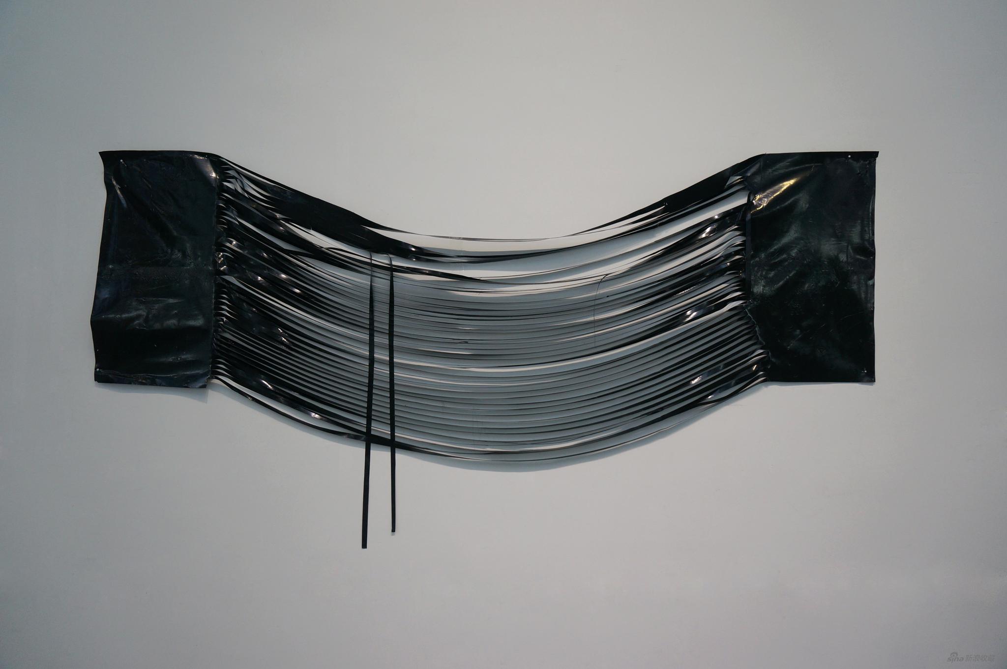 《垂直的协调》 陈锦潮 墨、综合材料、铁钉 300×80cm 2015