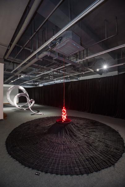 ▲《Untitled》, 钢架*布*线, 1/2 Art Space半空间