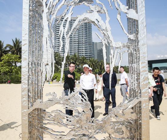 公共雕塑策展人卢征远为领导嘉宾现场导览