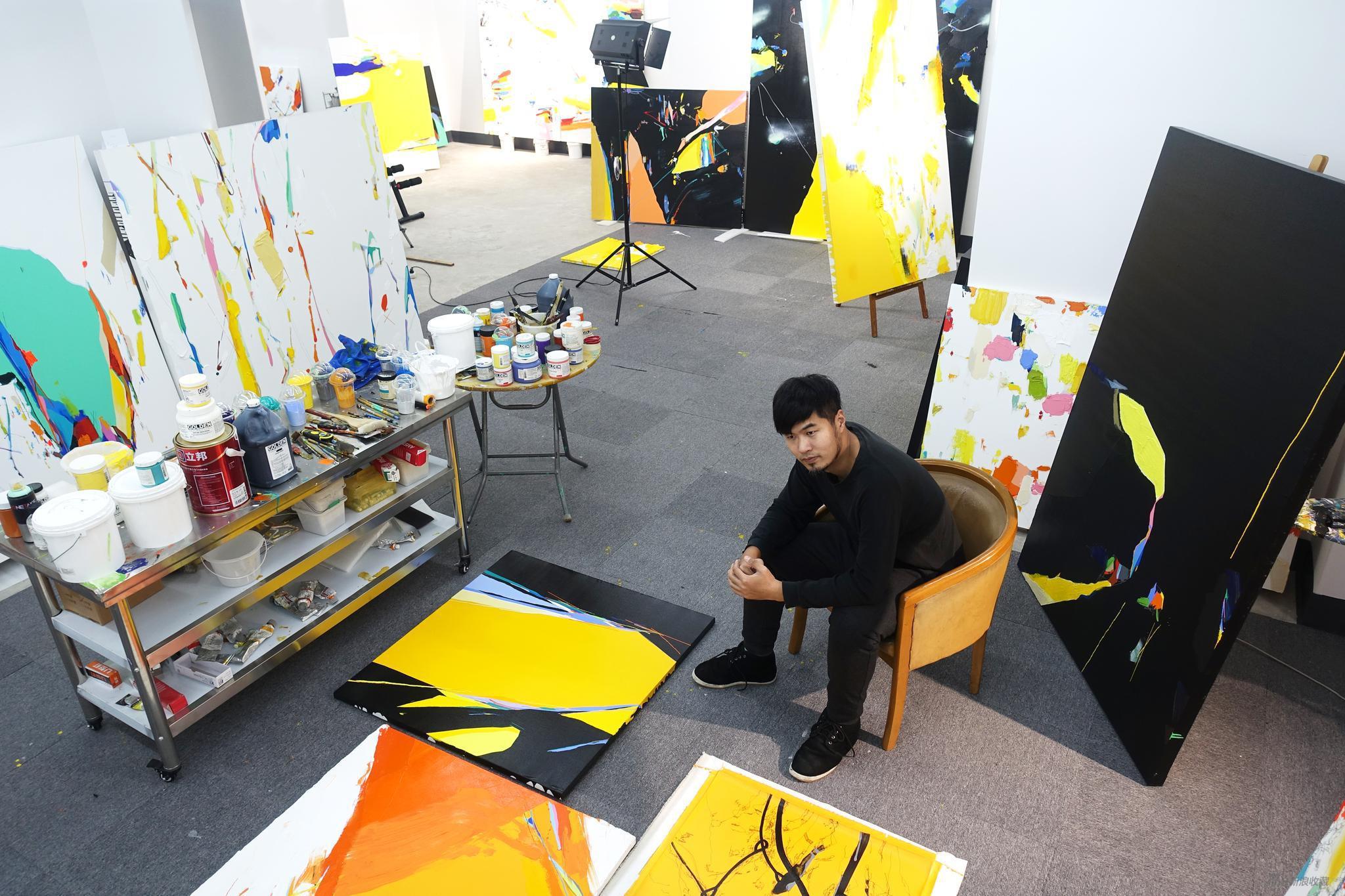 朱佩鸿在工作室中