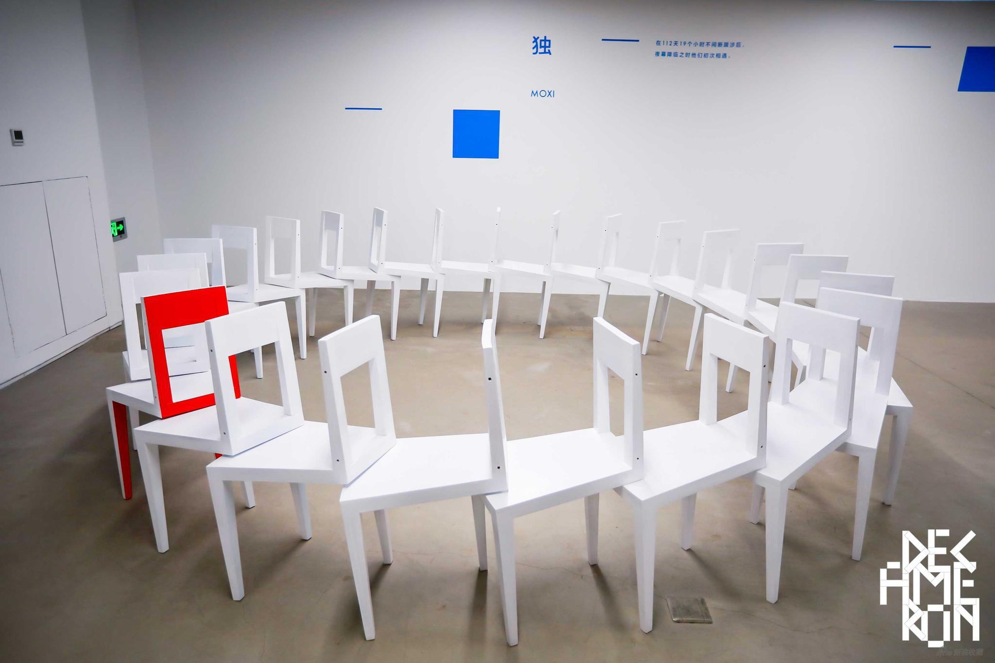 MOXI 《独》 装置 木质,橡木镶贴,亮面清漆 总体尺寸300cm×80cm单只尺寸80cm×37cm×45cm 2019