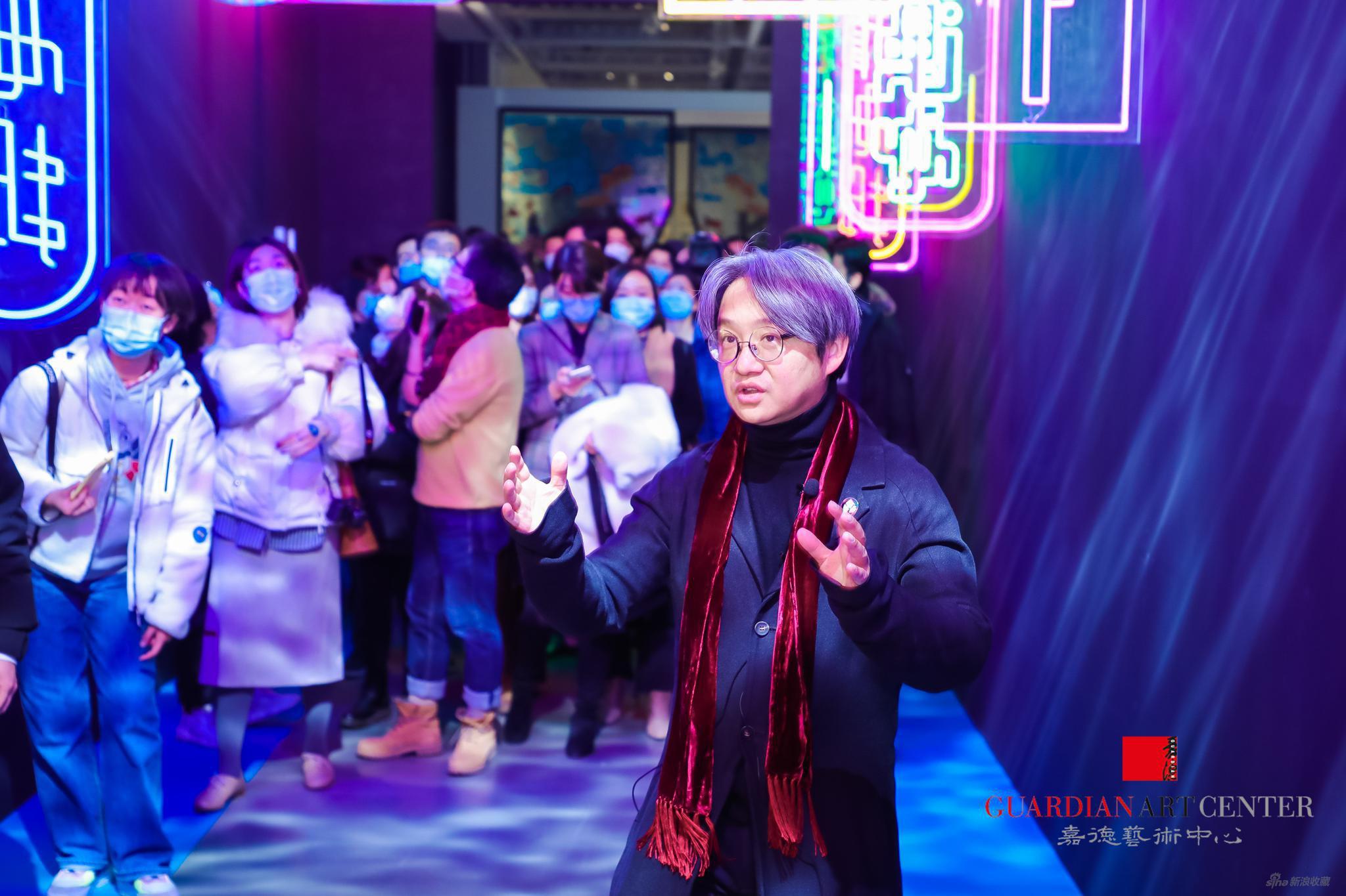 策展人吳洪亮先生做展覽開幕導覽