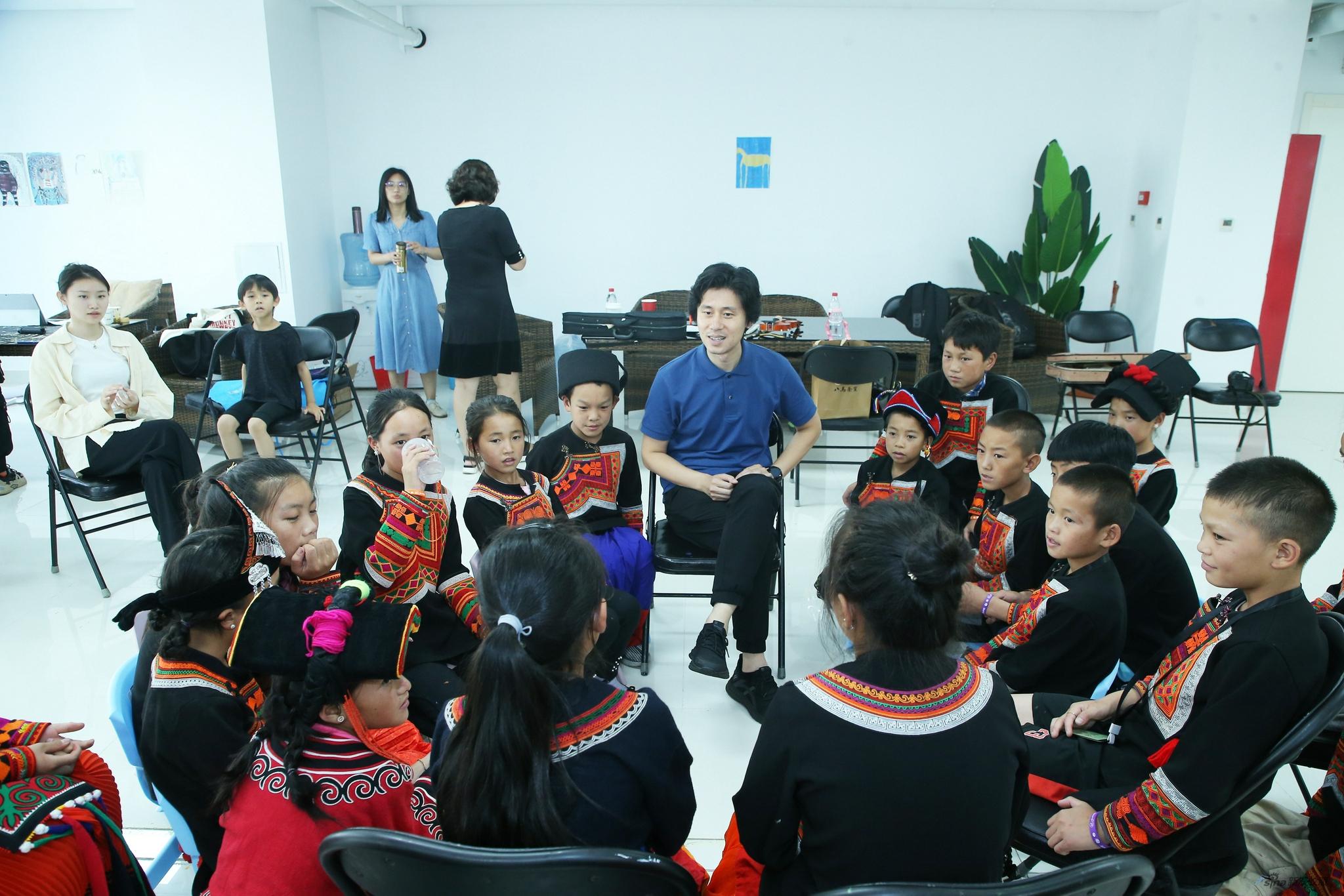 中国人民大学艺术学院副院长、著名中提琴演奏家齐悦在与孩子们交流