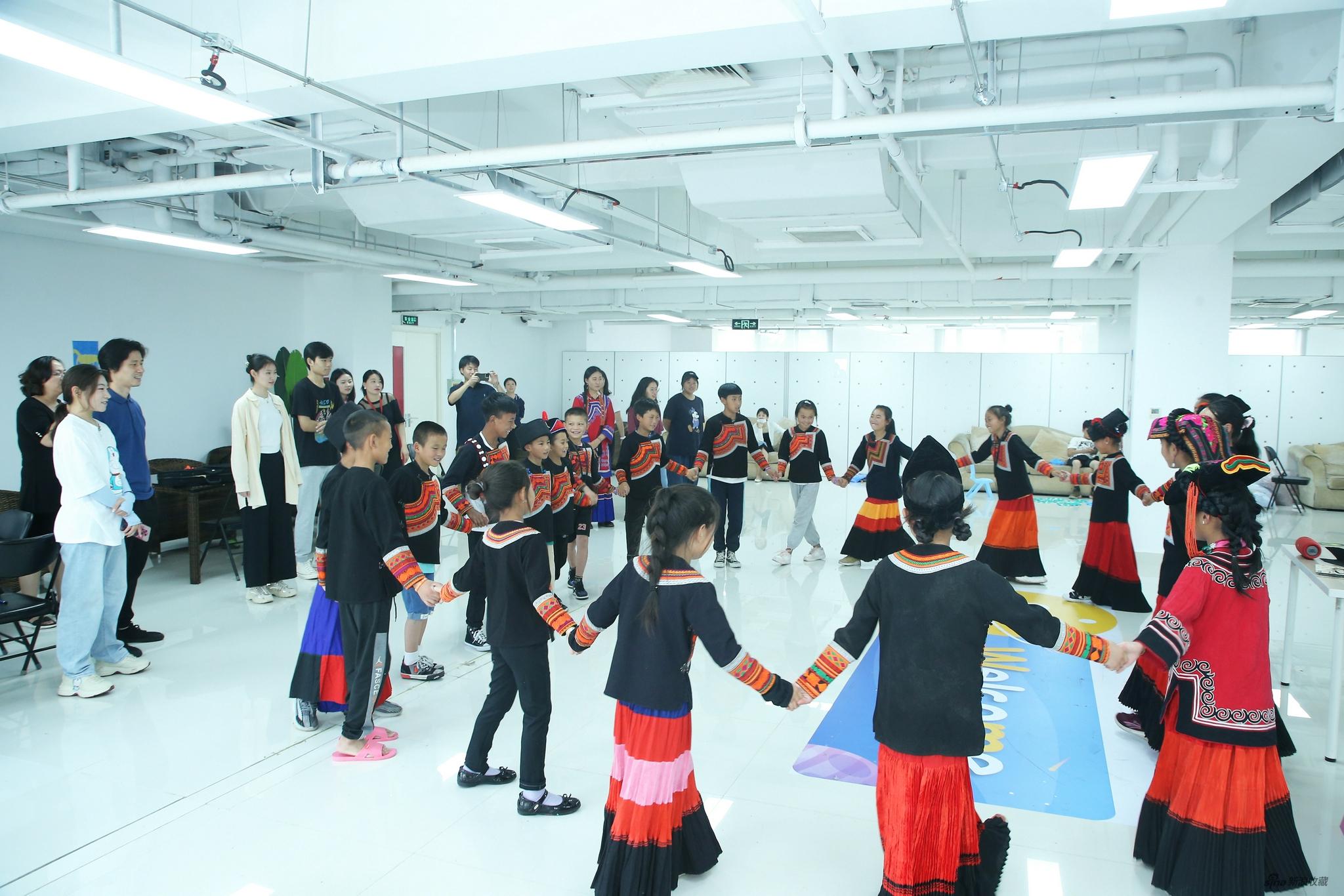 孩子们在表演彝族舞蹈