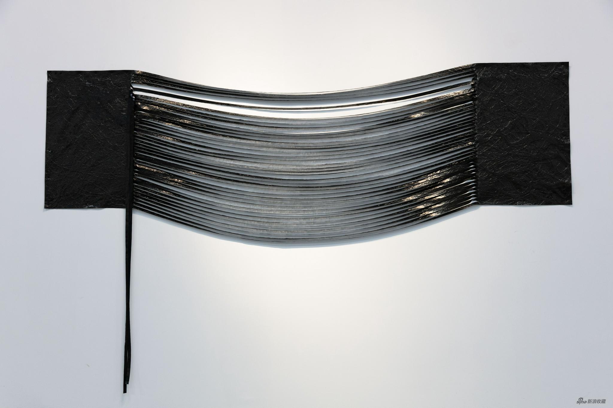 陈锦潮 《垂直的协调》 墨、综合材料、铁钉 300×80cm 2015