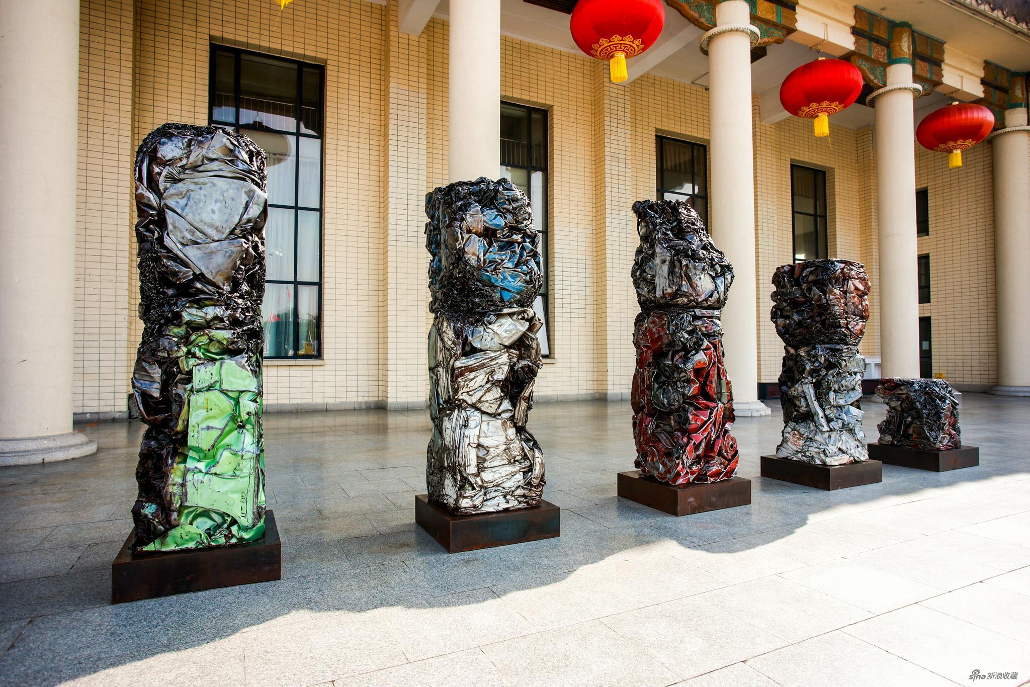 徐渠 复活雕塑,2020-2021 各色车壳和铁,锌,80 × 80 × (100-265) cm × 5 致谢艺术家与当代唐人艺术中心
