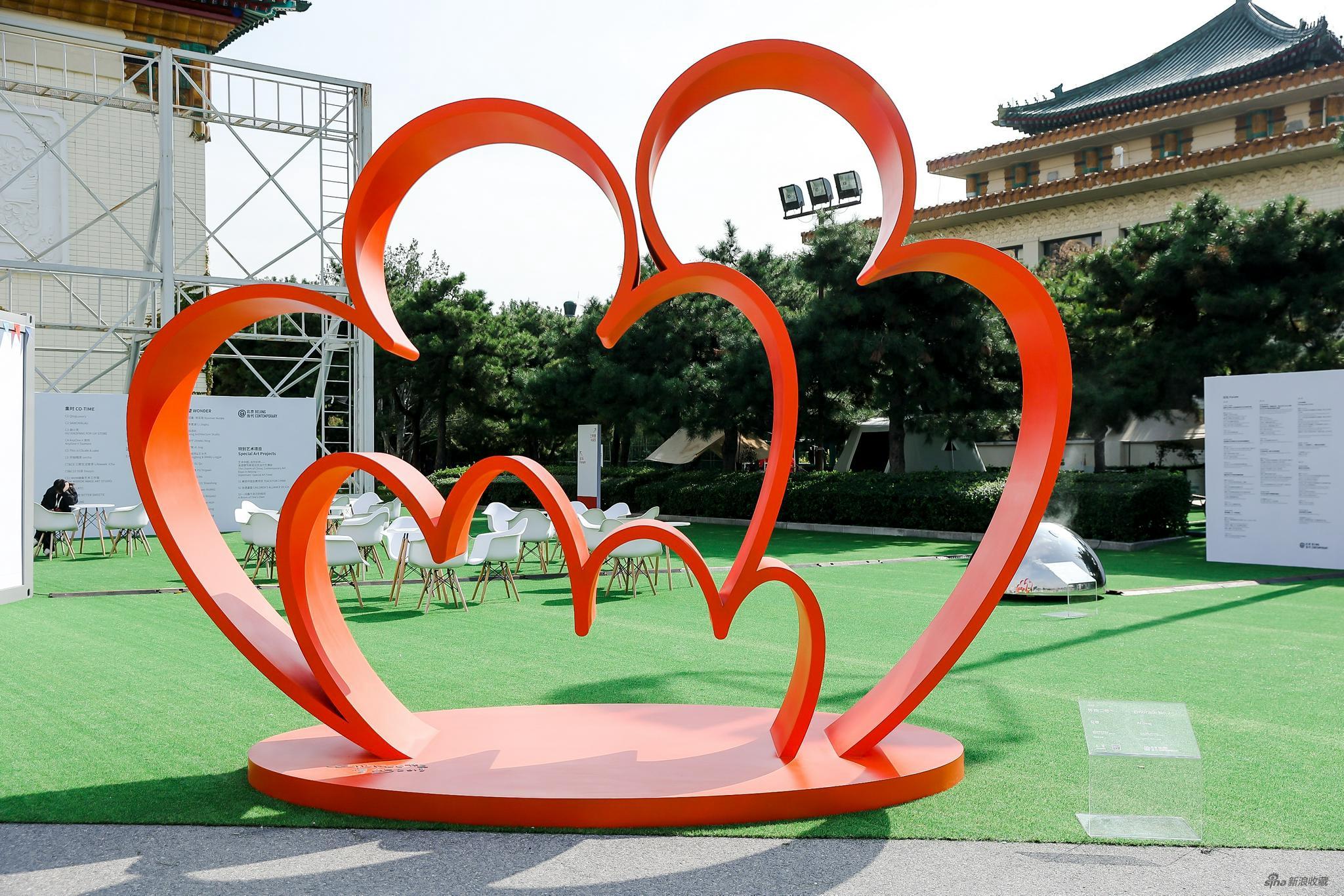 艾敬 怀抱二号,2018 橙红色喷漆不锈钢,406.8 × 315.3 × 200 cm 致谢艺术家