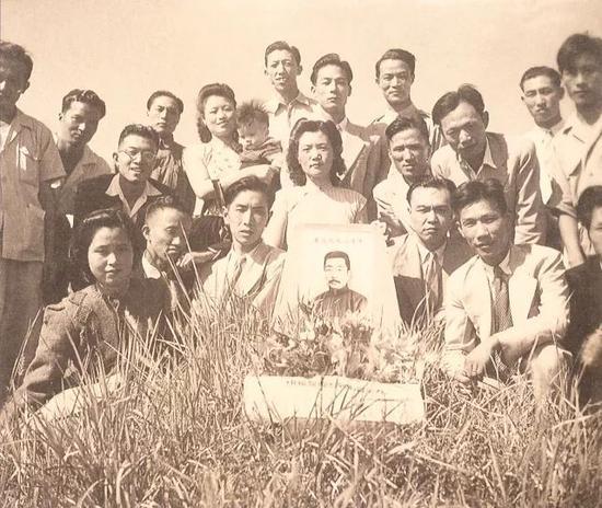 """1946年9月""""抗战八年木刻展""""开幕前木刻家前往鲁迅墓献花"""