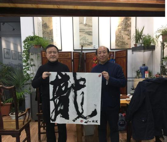 一山赠书法予米兰中国文化中心负责ren
