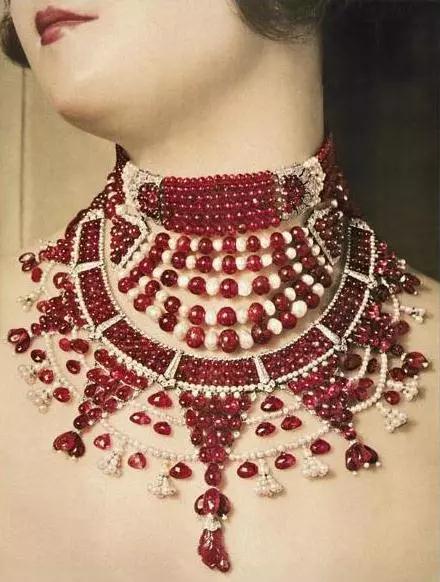 卡地亚项链,对称的几何分布设计,鲜明的色彩对比,属于典型的Art Deco珠宝)