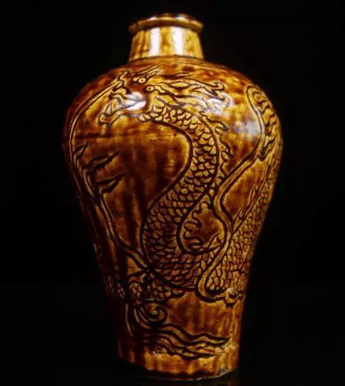 拍品:清 酱釉龙纹梅瓶 估价:1600-2000元