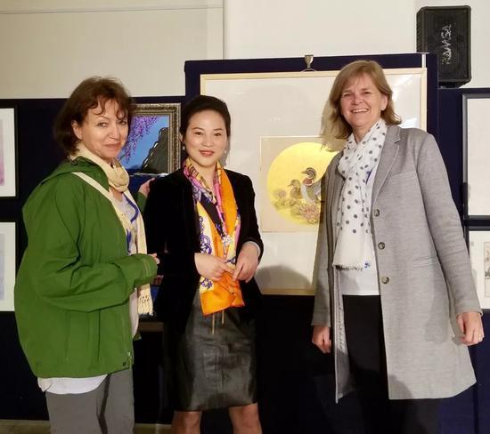 联合国工作人员和画家樊蕾在活动现场合影