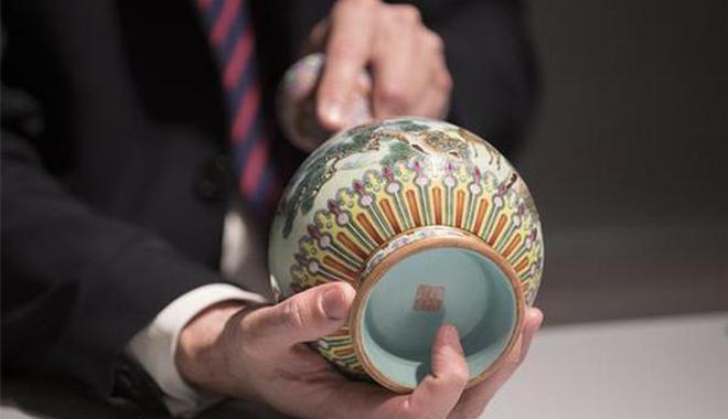 法国巴黎即将拍卖罕见乾隆花瓶 沉寂阁楼数十载