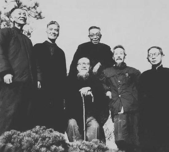 摄于上世纪60年代,左起张大壮、叶潞渊、来楚生、马公愚、邓怀农、陈巨来,均为画院画师