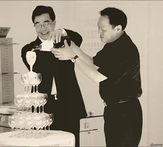 2002年,在上海逸飞时尚中心与陈逸飞先生共同为时尚发布会揭幕