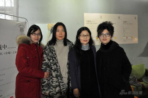 岳红(右二)、张照会(左二)与掌管人姜晓雯(右一)、李奕萱(左一)在《旁不雅》交换会现场合影
