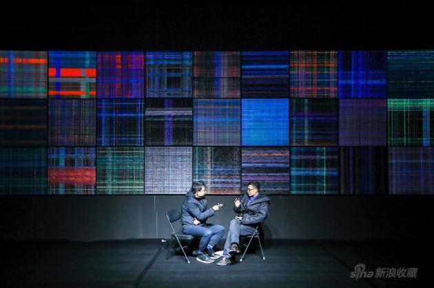 艺术家金雨人在展览现场与记者交流