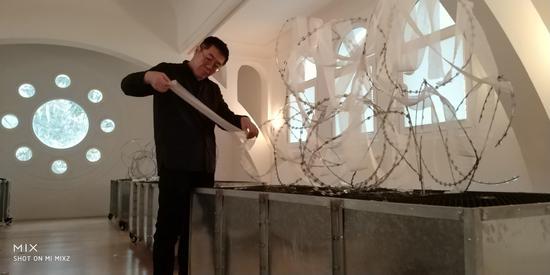 布展:纱布包扎铁丝网