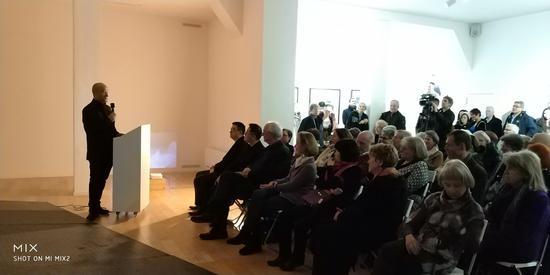 波恩当代艺术馆艺术总监任戎主持开幕式