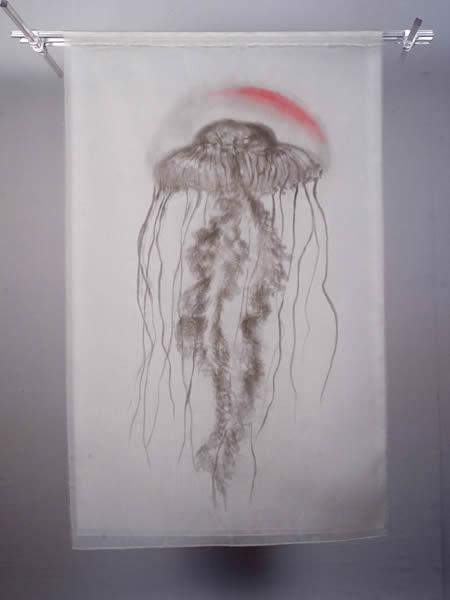 ? 菊池あをみ, 漂浮, 2016, 三层丝绸, 墨水, 酸性染料, 101.5 × 66 cm