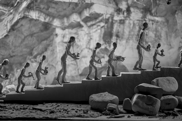 《金色之名》 耿雪,2019,泥塑电影短片,多屏影像及现场装置,尺寸可变 ?刘大鹏