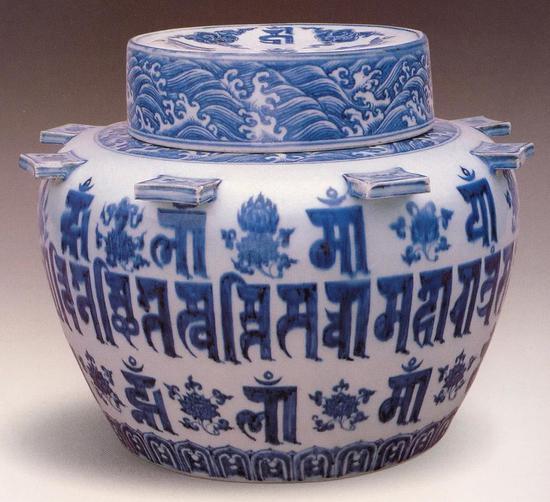 明宣德景德镇窑青花梵文出戟盖罐 现藏于故宫博物院