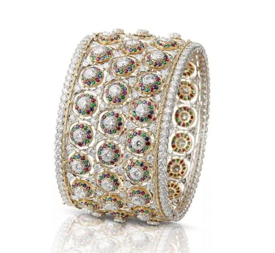这枚名为'Joie de vivre'的手镯中通过大颗粒圆钻搭配红宝石、蓝宝石和祖母绿作为镶边打造马赛克般的视觉效果,色调缤纷而斑斓。