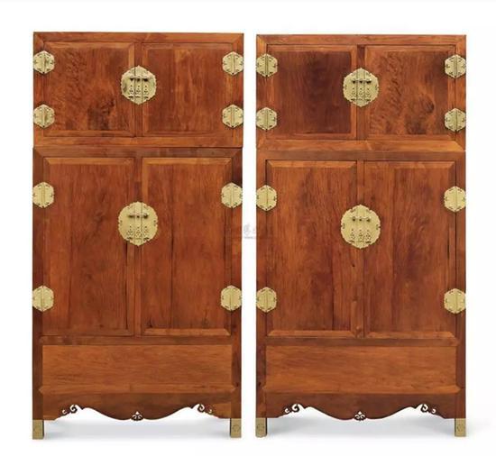 参阅:中国嘉德2011年秋拍,Lot 2983 明末清初 黄花梨大四件柜(成对),成交价RMB 29,900,000。