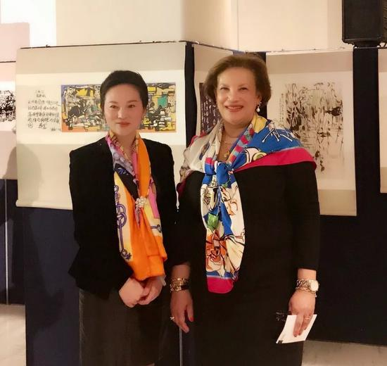联合国大会事务部副秘书长凯瑟琳·波拉德女士和画家樊蕾在活动现场合影