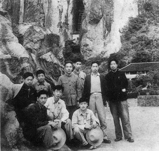 1963年画家(后排右二)首上雁荡山时留影