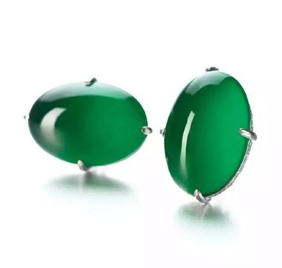天然翡翠配钻石耳环   估价8,000,000 — 10,000,000 港币