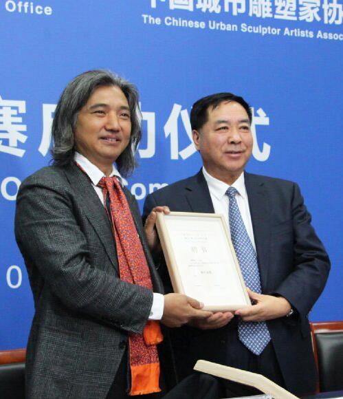 吴为山先生为靳生瑞先生颁发本次活动执行总监聘书