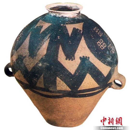 图为青海出土的蛙纹彩陶壶 青海省文物局提供