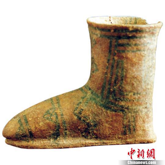 图为青海出土的彩陶靴 青海省文物局提供
