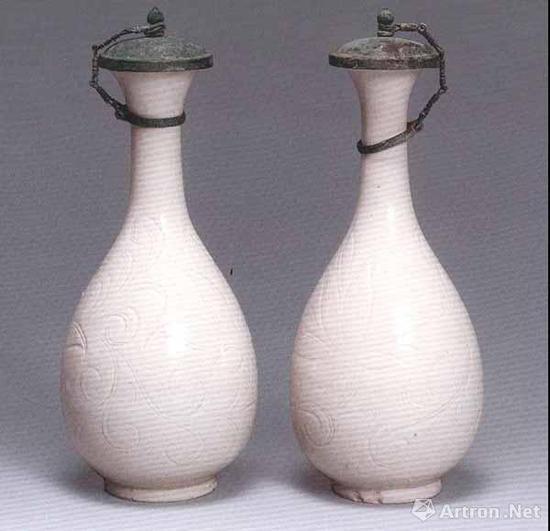 北宋 定窑刻莲纹玉壶春瓶一对 高19.5厘米