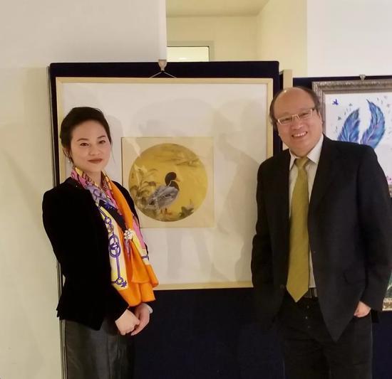 新华社联合国分社社长马建国和画家樊蕾在活动现场合影