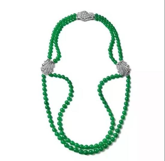 (▲2015年,苏富比春拍上以1782万人民币成交的卡地亚镶嵌 缅甸天然翡翠珠配钻石颈链)