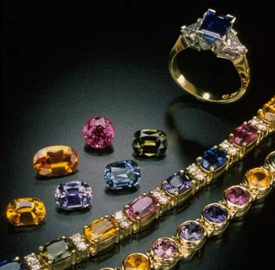 惊人的首饰设计可以利用到各种颜色的彩色蓝宝石