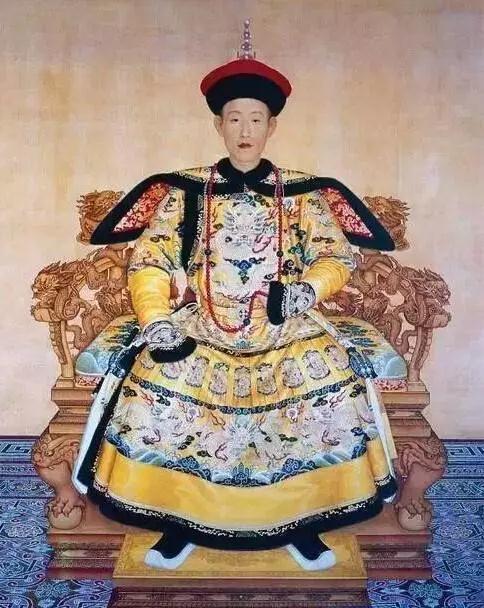 清朝乾隆皇帝穿朝服佩戴红珊瑚朝珠标准像