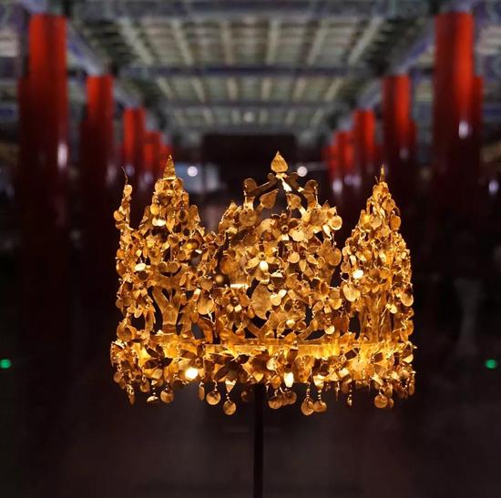 萨尔马泰女王墓中出土的金冠图