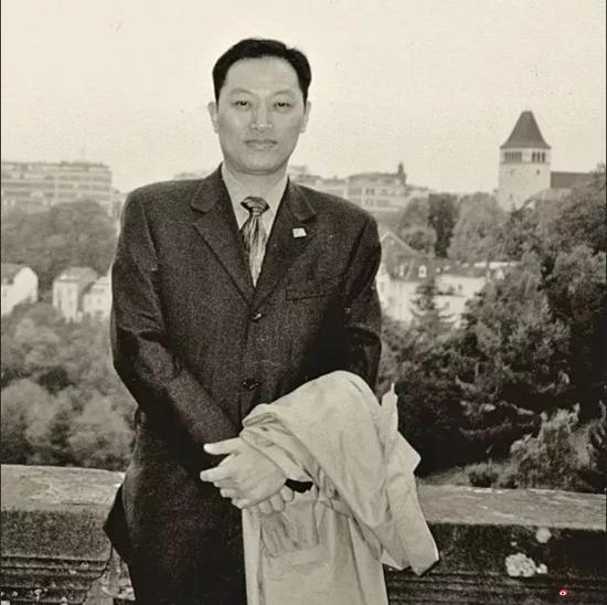 1999年,应德国外交部、法兰克福国际书展组委会邀请,作为中国出版人唯一代表赴德国参加书展。图摄于卢森堡