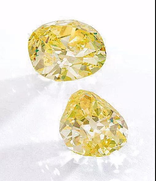"""身份显赫的""""杜能斯马克钻石""""为两颗浓彩黄钻(Fancy Intense Yellow)。其中较大的垫形浓彩黄钻重102.54克拉,净度SI1;较小的梨形浓彩黄钻重82.47克拉,净度VS2。在2017年11月举办的日内瓦苏富比中,其预估价为881万至1370万瑞士法郎(约合5882万至9154万元人民币)。"""