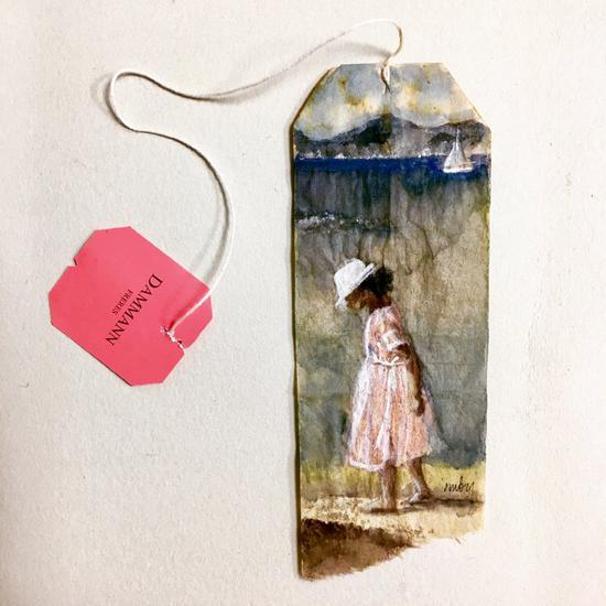 粉红色的茶包商标和画中法国女孩的粉色连衣裙浑然一体。