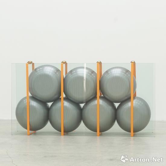 王恩来《玻璃,橡胶球与捆扎带》 装置 240x45x120cm 2017