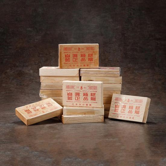 70年代出口装李时珍牌极品阿胶一组20盒   起拍价RMB:180,000   成交价RMB:220,000