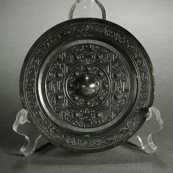 汉·神兽纹边规矩镜   起拍价RMB:120,000   成交价RMB:154,000