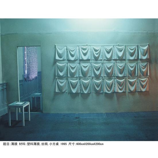 陈妍音《薄膜》丝绸手绢、塑料薄膜、方凳 600×200×200cm 1995