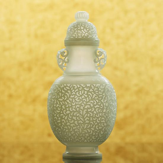LOT2981和田玉缠枝纹薄胎瓶   19.5×9.2×6.1cm 171.5g