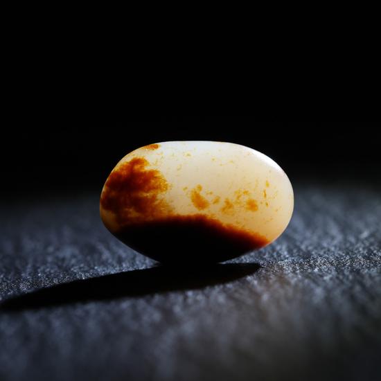 02735号拍品 新疆和田玉籽料原石释迦摩尼讲经图 规格:2.8×1.8×0.9cm (天然无修)  量:7.6g  白度:红皮白肉  脂份:极高  密度:极好  起拍价:RMB 1400000